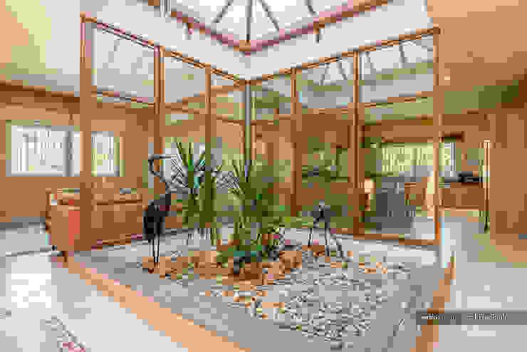 Corredores, halls e escadas tropicais por homify Tropical