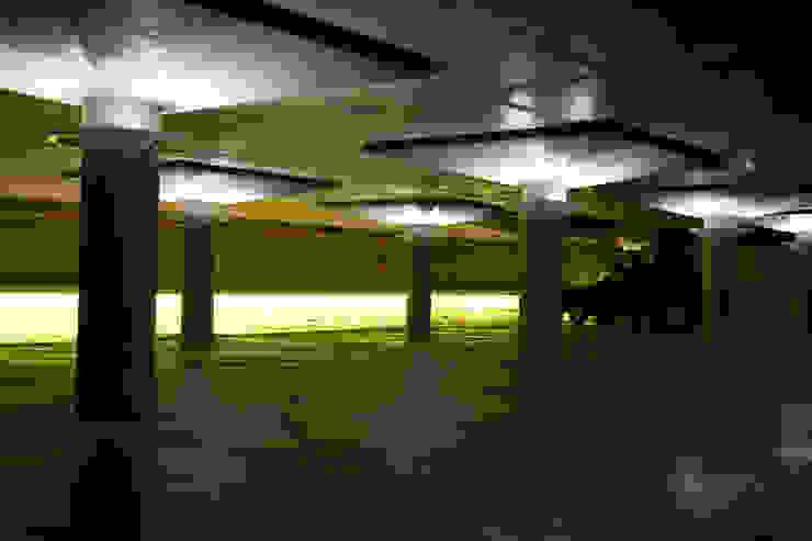Estacionamiento Garajes modernos de Estudio de iluminación Giuliana Nieva Moderno