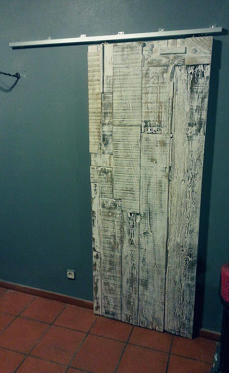 Porta de correr, feita e personalizada à medida! por Pode Ser! Escandinavo Madeira Acabamento em madeira