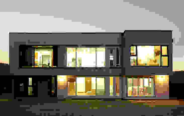 알루미늄 패널과 일본식 세라믹사이딩을 적용한 모던하고 심플한 모던주택 모던스타일 주택 by homify 모던