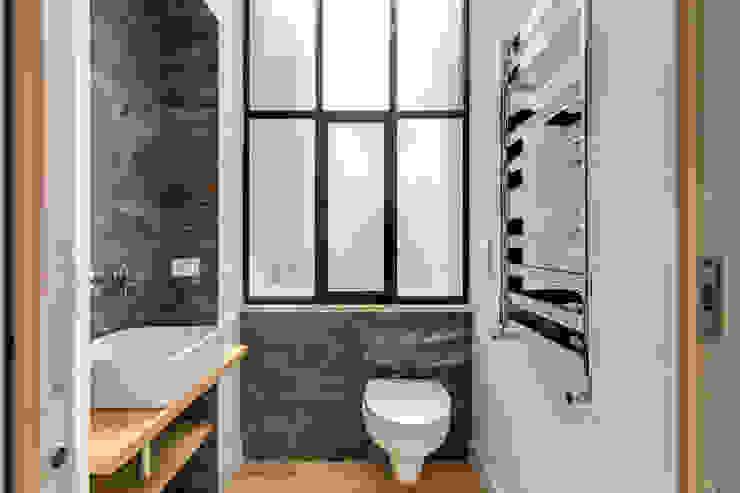 TRIESTE Bagno moderno di MOB ARCHITECTS Moderno