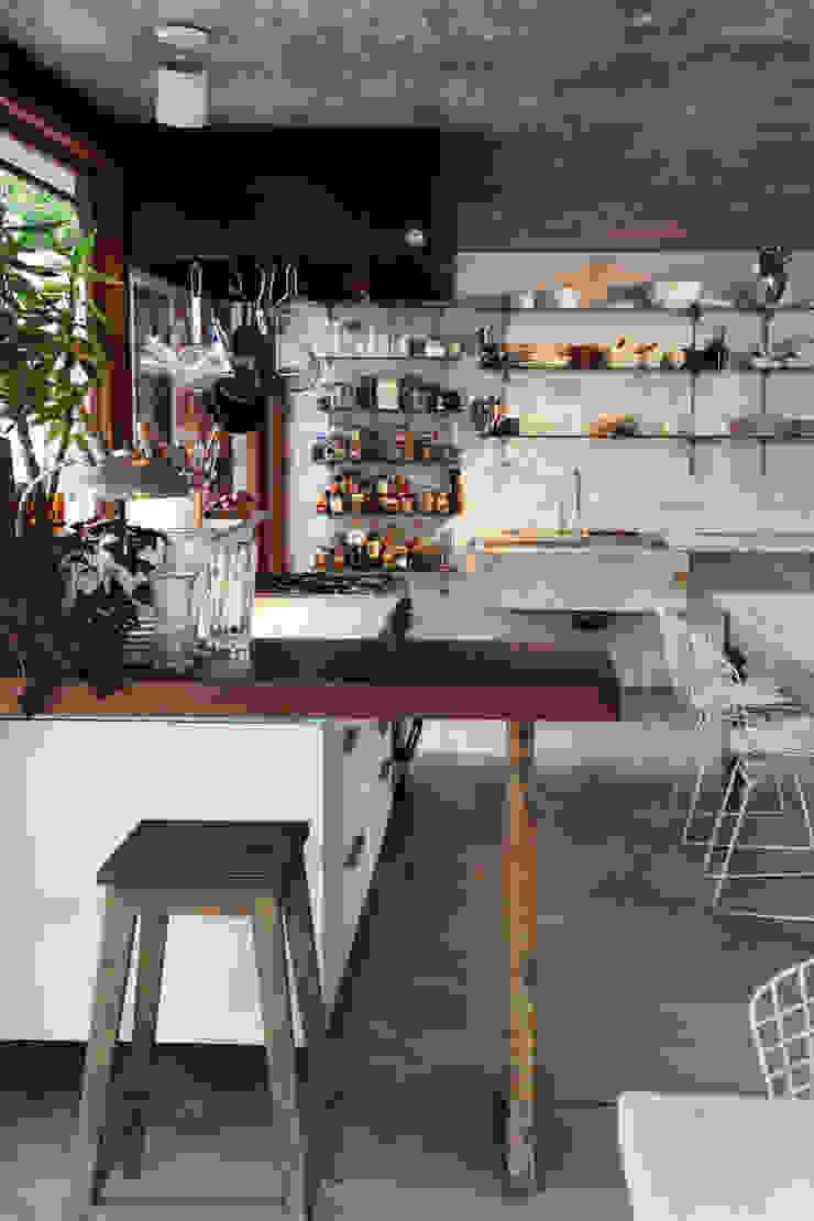 Столовая комната в стиле кантри от Arquitecto Alejandro Sticotti Кантри