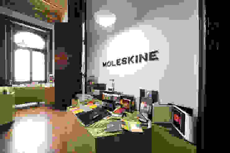 Exposição temporária_ Moleskine Lojas e Espaços comerciais modernos por mube arquitectura Moderno