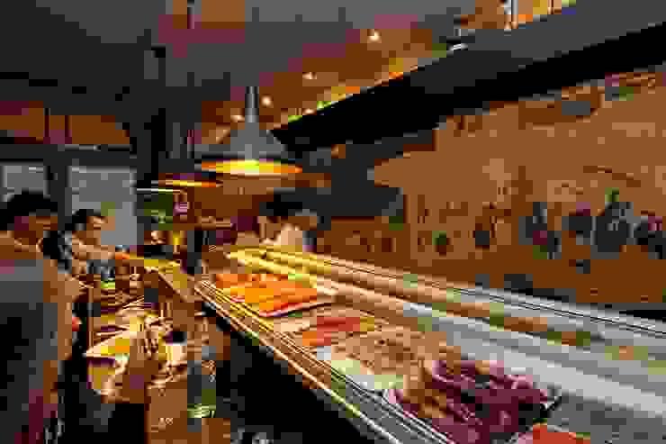 Sushi Bar Espaços de restauração modernos por mube arquitectura Moderno