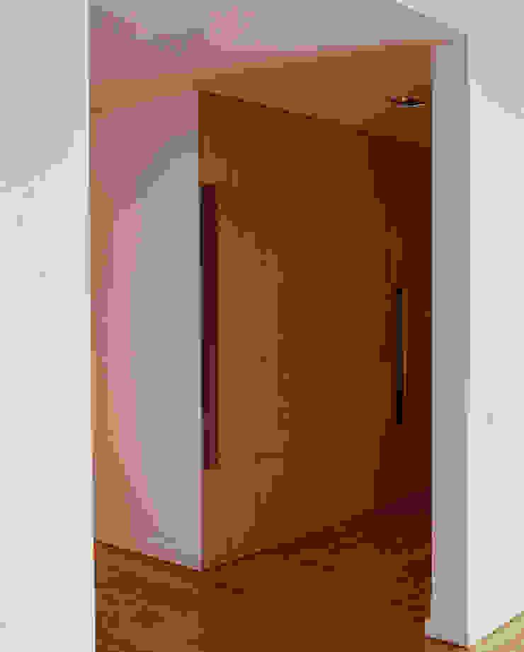 Apartamento às Amoreiras Corredores, halls e escadas modernos por Alberto Caetano Moderno
