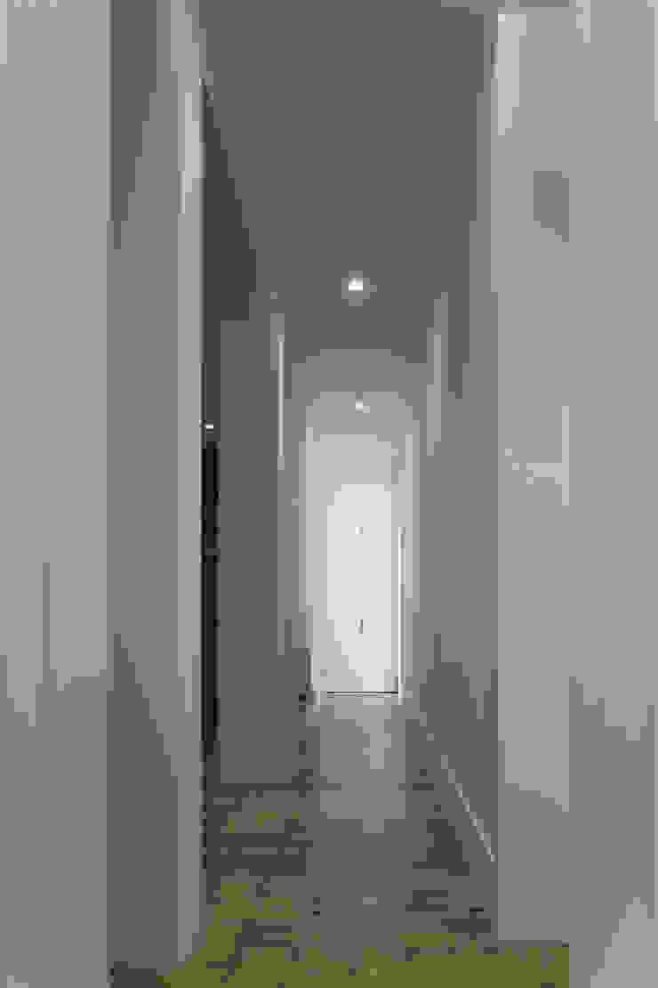 REMODELAÇÃO DE APARTAMENTO À CHAGAS Corredores, halls e escadas modernos por Alberto Caetano Moderno