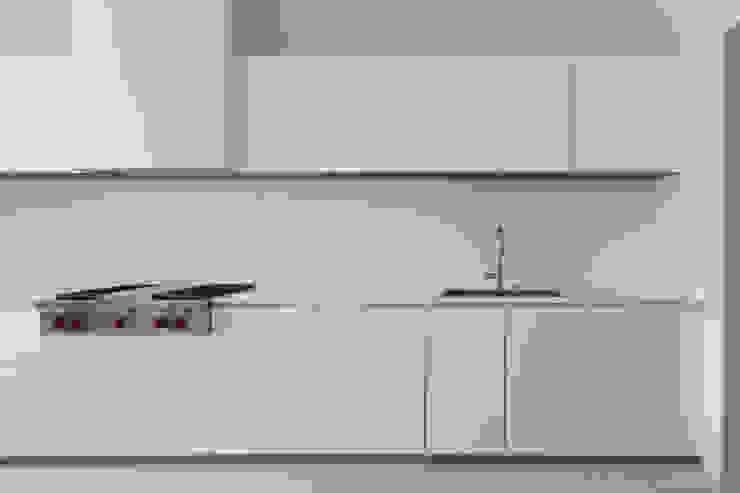 REMODELAÇÃO DE APARTAMENTO À CHAGAS Cozinhas modernas por Alberto Caetano Moderno