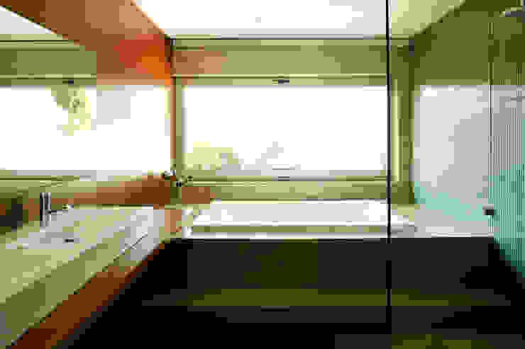 Casa de banho com o lavatório e banheira em pormenor Casas de banho modernas por Central Projectos Moderno