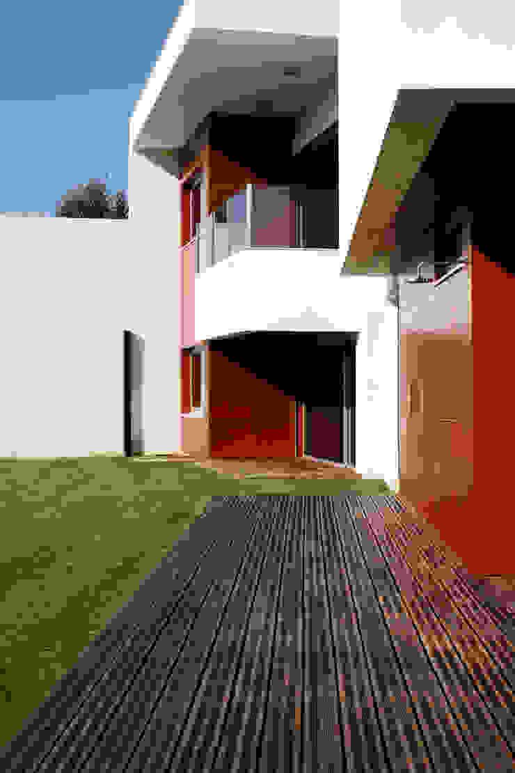 Vista o exterior com pormenor para os acabamentos exteriores Casas modernas por Central Projectos Moderno