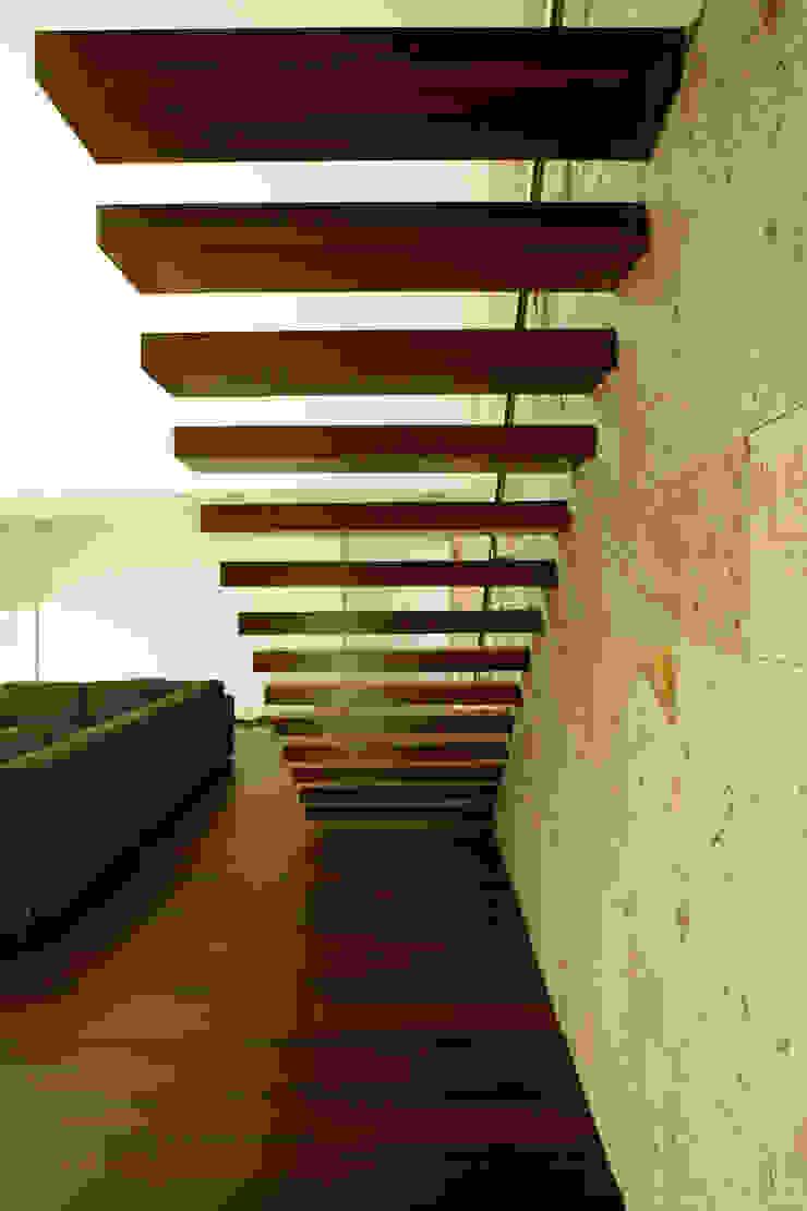 Escada Interior Corredores, halls e escadas modernos por Central Projectos Moderno