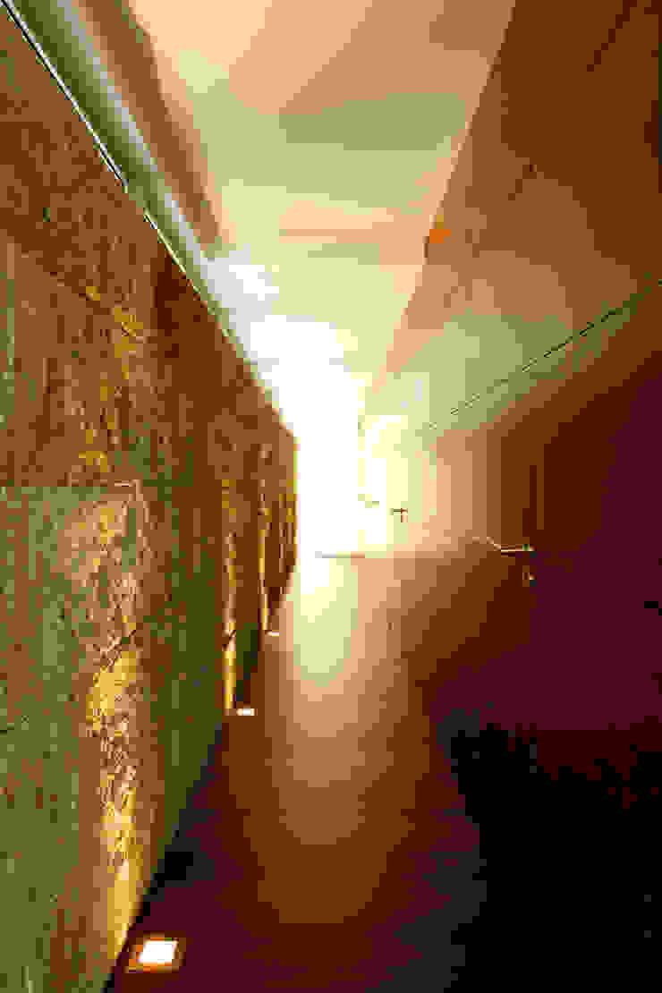 Vista de um dos corredores Corredores, halls e escadas modernos por Central Projectos Moderno