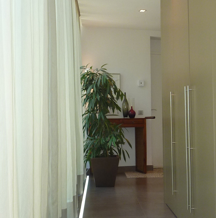 Modern Corridor, Hallway and Staircase by Arquitectura Interior 88 Modern