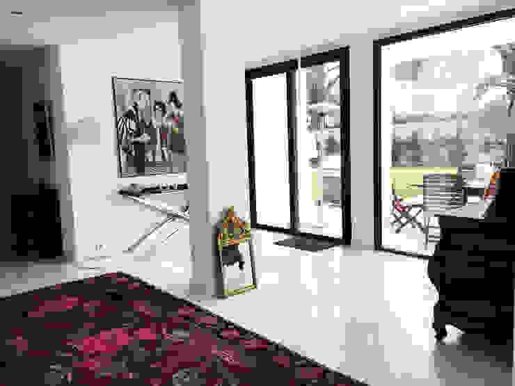 Pasillos, vestíbulos y escaleras modernos de homify Moderno Mármol
