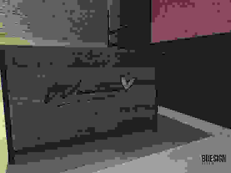 Diseño de mesa de trabajo y mostrador Estudios y despachos de estilo industrial de Estudio BDesign Industrial Madera maciza Multicolor