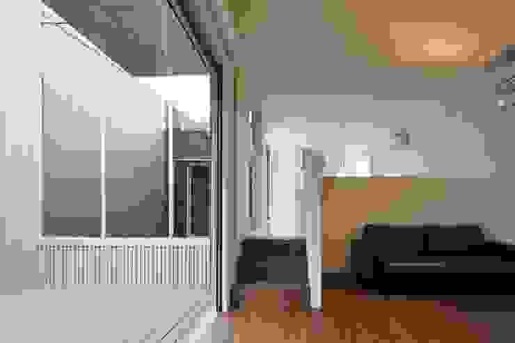 奈半利のコートハウス モダンデザインの リビング の 有限会社 橋本設計室 モダン