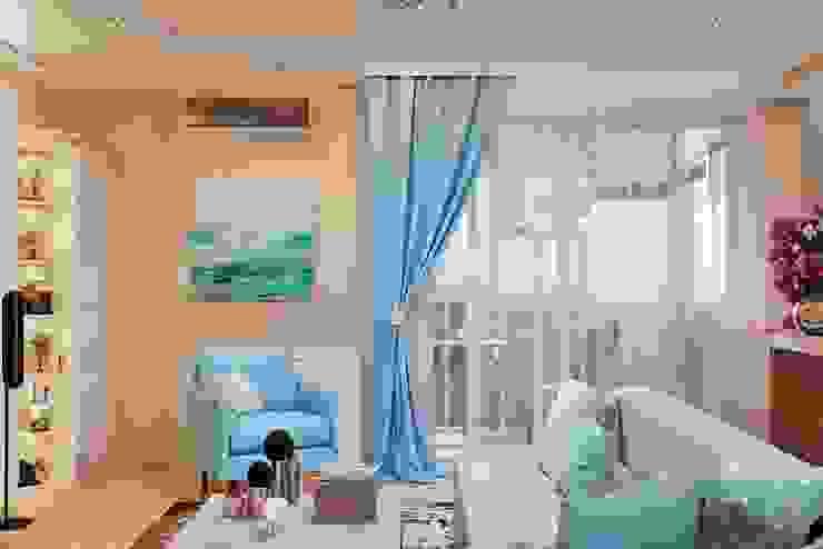 Легкий современный стиль гостиной с камином Гостиная в средиземноморском стиле от Студия дизайна Interior Design IDEAS Средиземноморский
