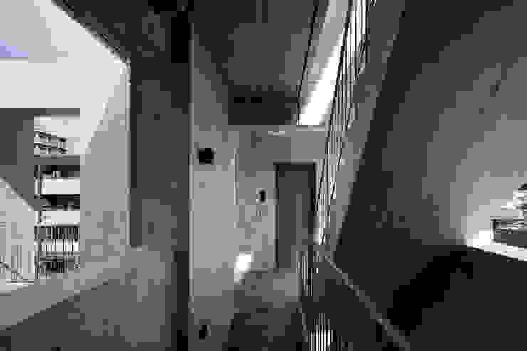 Koridor & Tangga Modern Oleh 株式会社 藤本高志建築設計事務所 Modern Beton