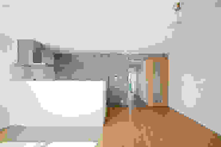 Casa Verde 御所西 株式会社 藤本高志建築設計事務所 モダンデザインの リビング コンクリート 白色