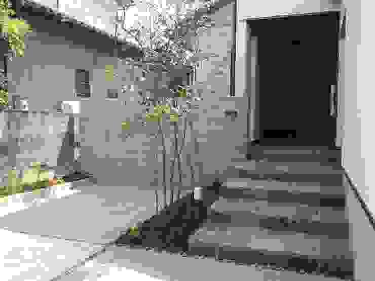Casas modernas de 株式会社 砂土居造園/SUNADOI LANDSCAPE Moderno Madera Acabado en madera