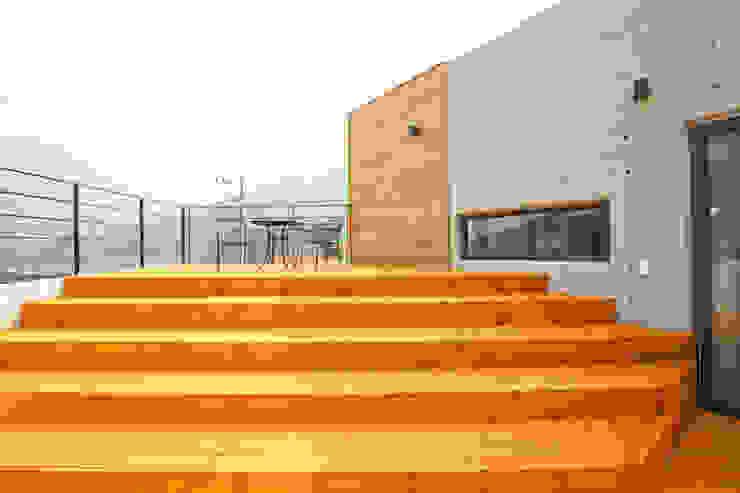 우리가족에게 전원주택이란, : 한글주택(주)의  베란다,모던