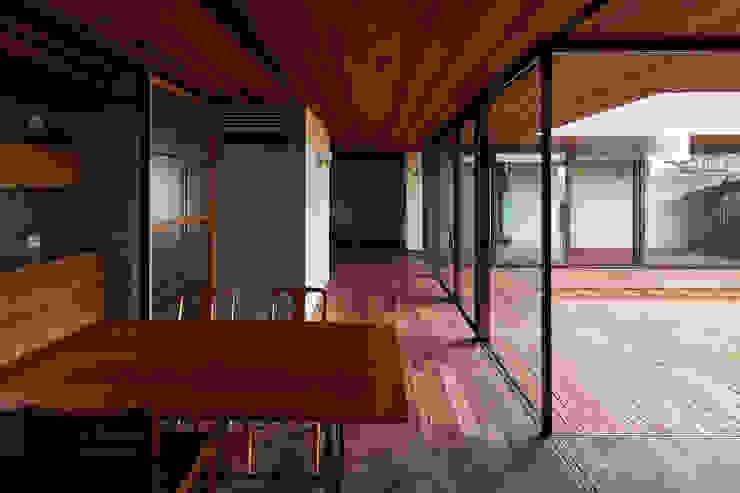 Salas de jantar modernas por 武藤圭太郎建築設計事務所 Moderno Madeira maciça Multi colorido