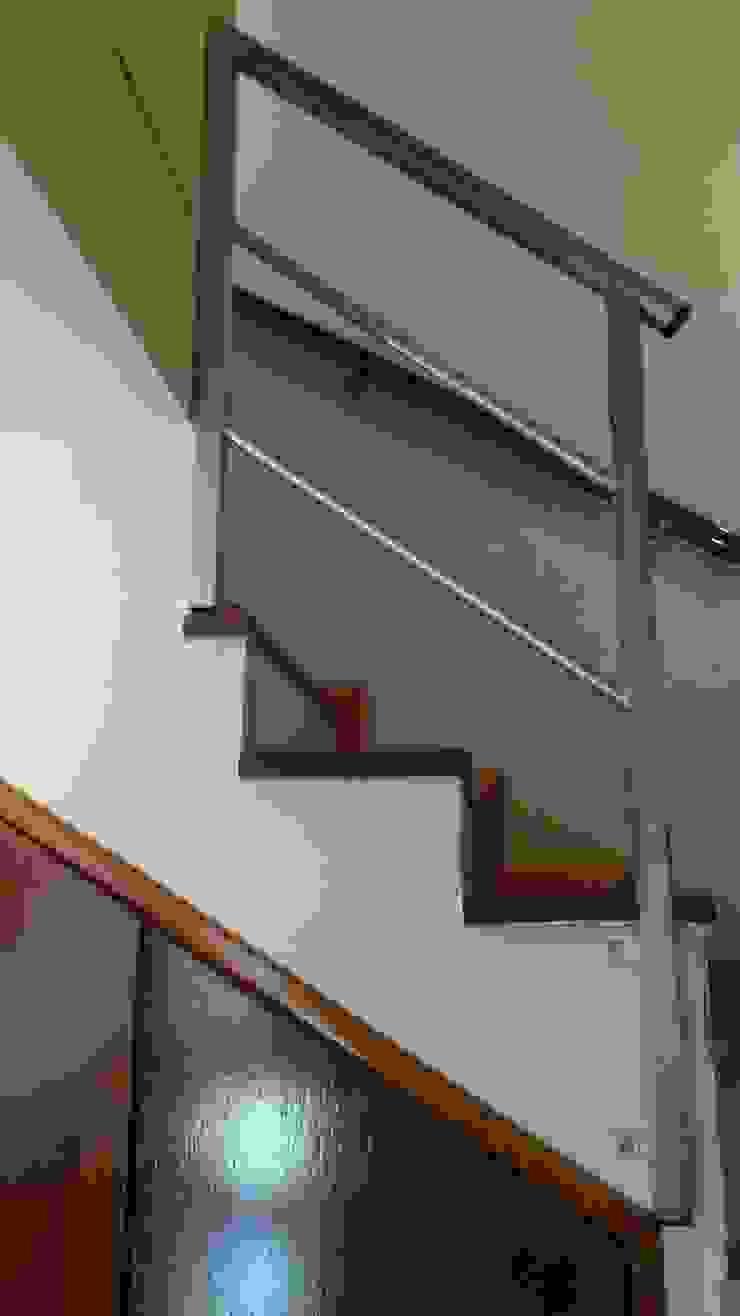 Duplex – Altos del Suquía Pasillos, vestíbulos y escaleras minimalistas de ER Design. @eugeriveraERdesign Minimalista
