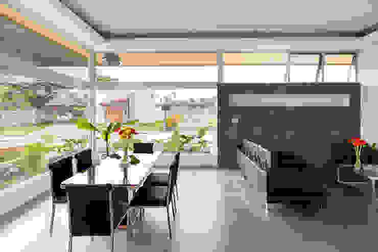 Moderne eetkamers van J-M arquitectura Modern