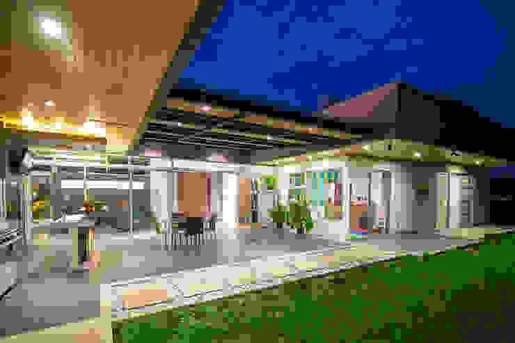 Terraza Balcones y terrazas de estilo moderno de J-M arquitectura Moderno