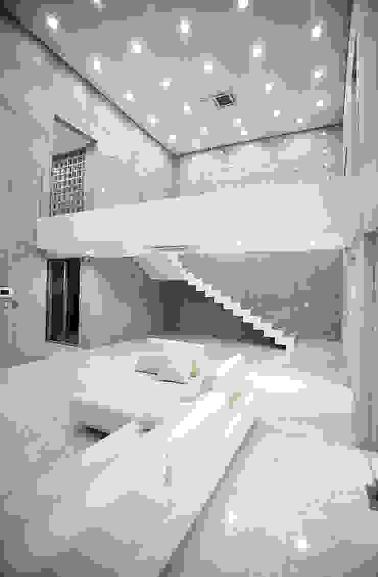 Modern living room by 엔디하임 - ndhaim Modern