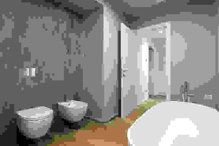 Modern bathroom by Tommaso Giunchi Architect Modern