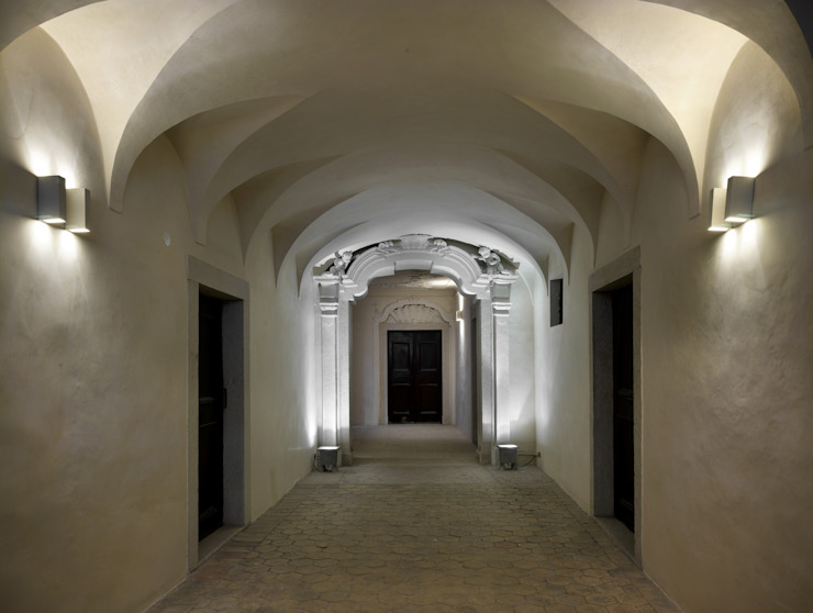 Classic style corridor, hallway and stairs by masetto snc Classic
