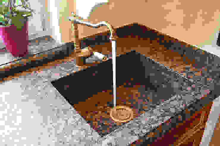 Villa Medici - Landhauskuechen aus Aschheim Rustic style kitchen Granite Red