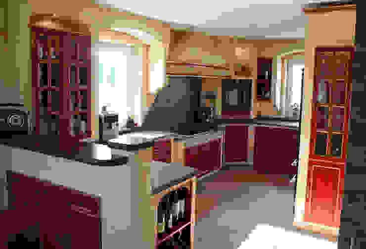 Villa Medici - Landhauskuechen aus Aschheim Mediterranean style kitchen Solid Wood Red