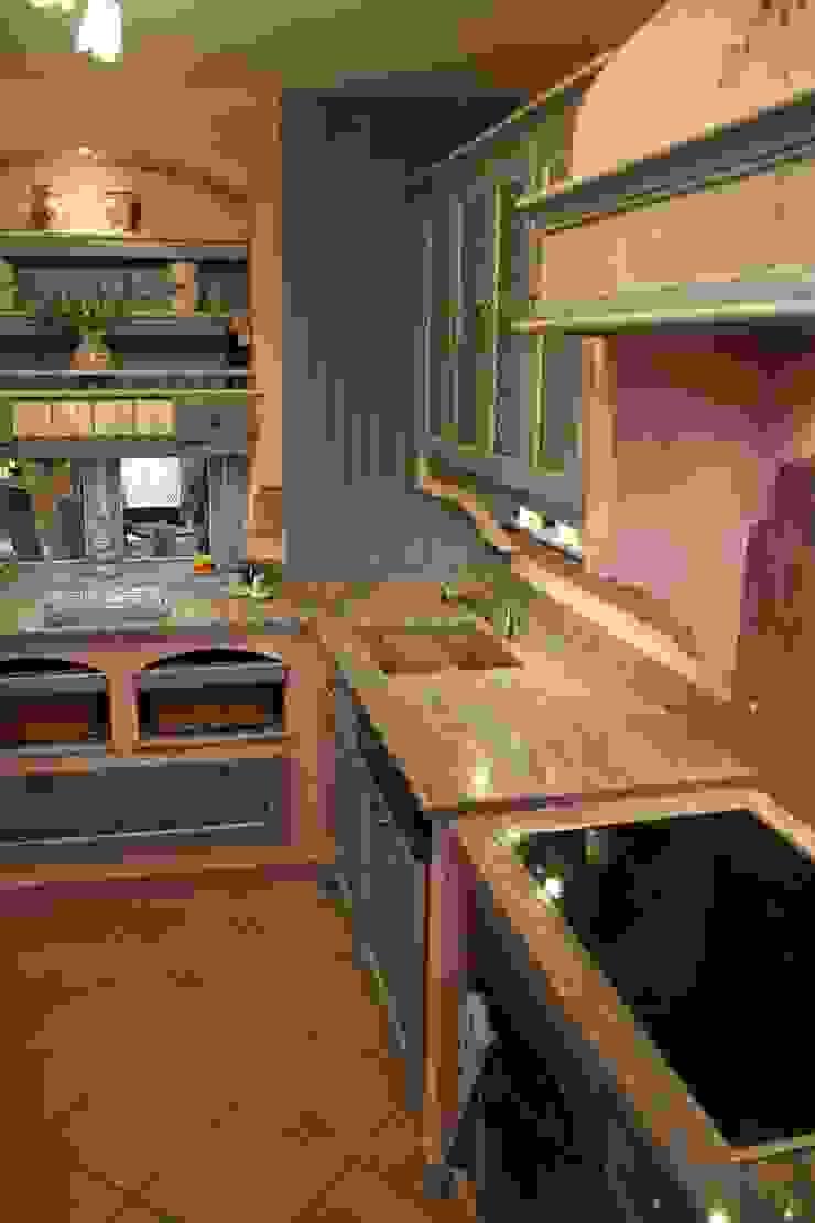 Gemauerte Landhausküche mit Panelrückwand in Frontfarbe, Villa Medici - Landhauskuechen aus Aschheim Landhaus Küchen Massivholz Blau