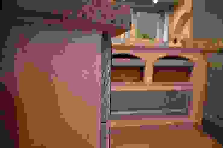 Gemauerte Akzente gehören zu einer Villa Medici Küche seit je her und lockern das Gesamterscheinungsbild einer Küche aus. Villa Medici - Landhauskuechen aus Aschheim Landhaus Küchen Massivholz Blau