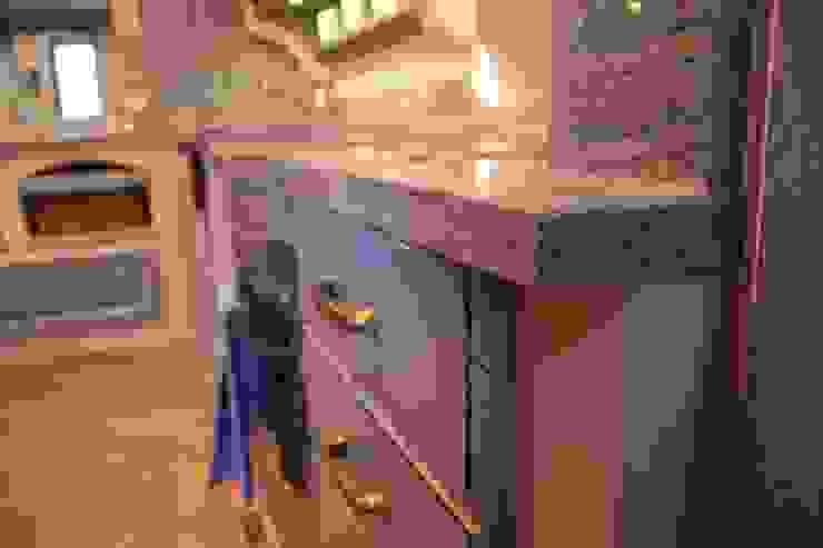 Korpusbündig eingemauerte Küche Nizza mit Granitplatte und abgesenkter Kochstelle Villa Medici - Landhauskuechen aus Aschheim Mediterrane Küchen Massivholz Blau