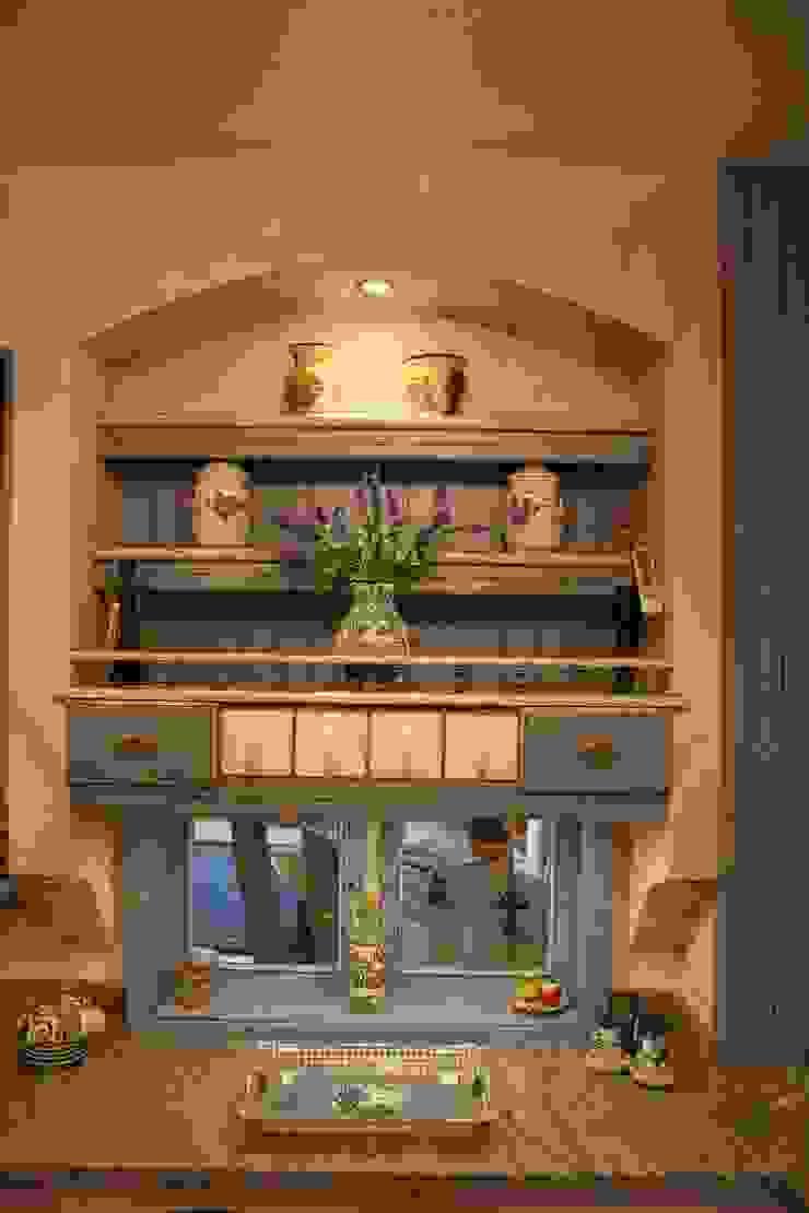 Individuelle Verkleidung der Durchreiche, gemauerter Boden mit Beleuchtung, Keramikschütten, Holzschütten und offene Regale Villa Medici - Landhauskuechen aus Aschheim Mediterrane Küchen Massivholz Blau