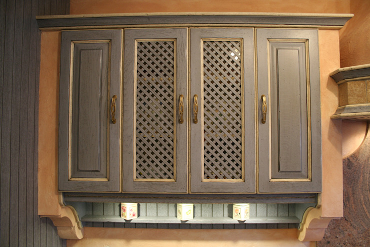 Oberschranklösung mit Eichefronten und Sparlierfüllungen mit Glas hinterlegt Villa Medici - Landhauskuechen aus Aschheim Landhaus Küchen Massivholz Blau