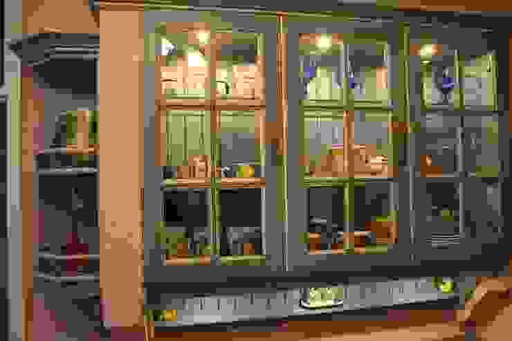 Sprossenverglasung einer Villa Medici Landhausküche Villa Medici - Landhauskuechen aus Aschheim Mediterrane Küchen Massivholz Blau