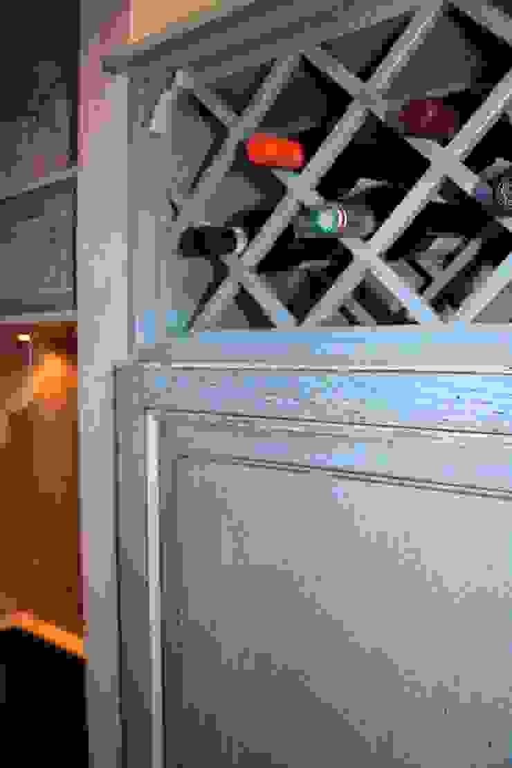Weinregal das gleichzeitig als Entlüftung für den Kühlschrank dient. Villa Medici - Landhauskuechen aus Aschheim Mediterrane Küchen Massivholz Blau