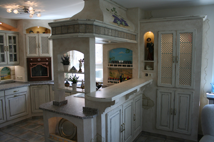 Cocinas de estilo rural de Villa Medici - Landhauskuechen aus Aschheim Rural Madera maciza Multicolor