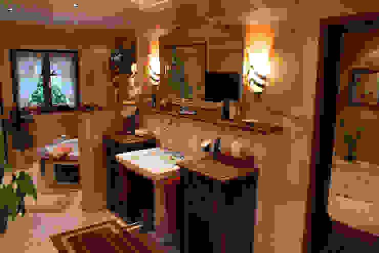 mediterrane Badezimmer Möbel aus Eiche von Villa Medici Villa Medici - Landhauskuechen aus Aschheim Mediterrane Badezimmer Marmor Beige