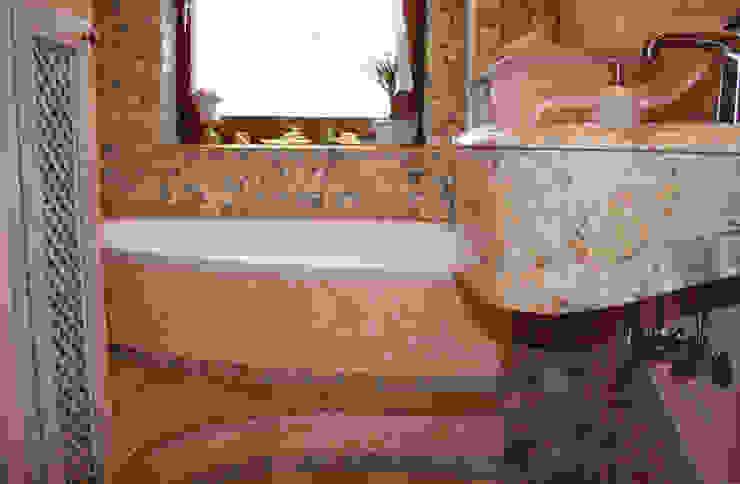 Mediterranes Bad Creme Rosé, Travertin und Antikmarmorwaschtisch:  Badezimmer von Villa Medici - Landhauskuechen aus Aschheim,Mediterran Marmor