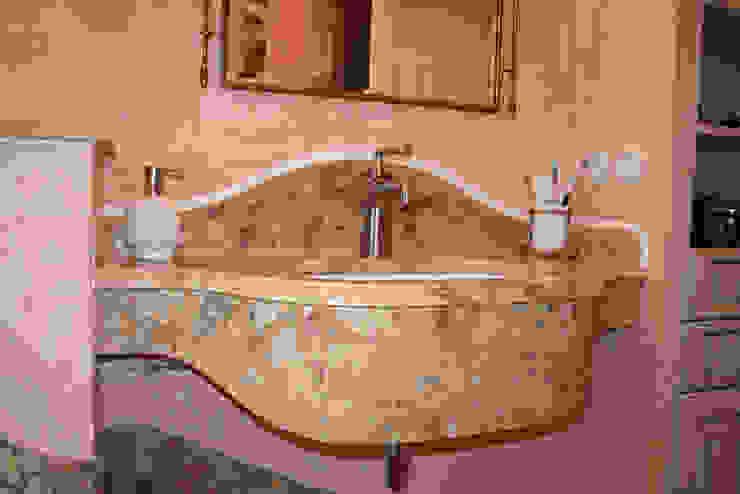 """Handgefertigter Waschtisch aus Travertin """"Scabas"""":  Badezimmer von Villa Medici - Landhauskuechen aus Aschheim,Mediterran Marmor"""