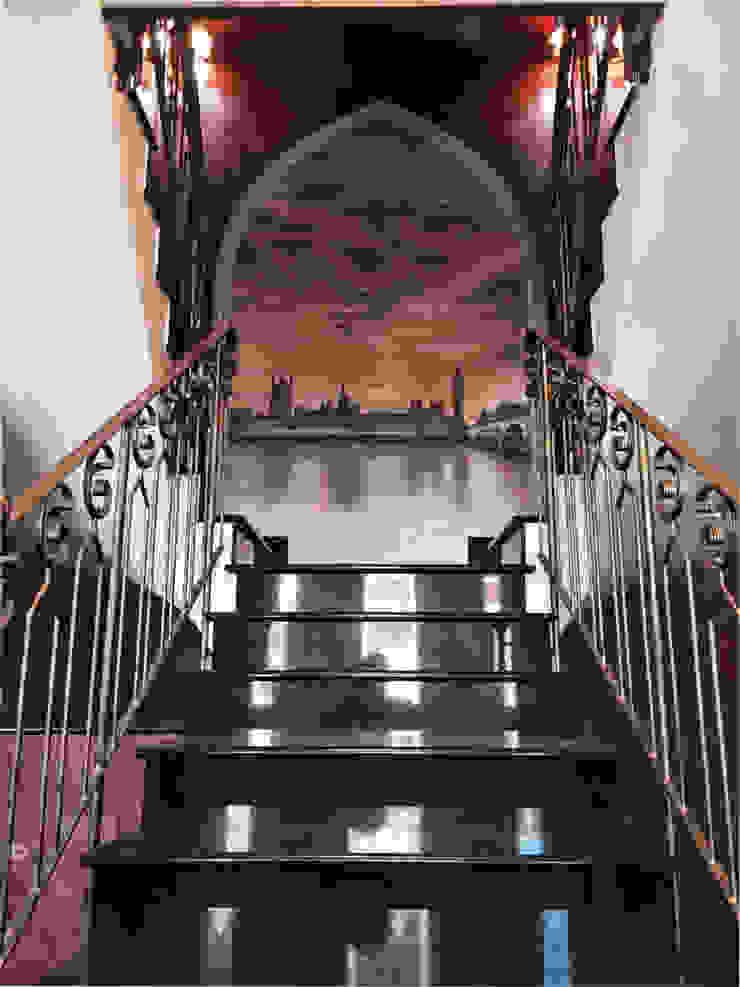 Villa Medici - Landhauskuechen aus Aschheim Pasillos, vestíbulos y escaleras clásicas Granito Negro