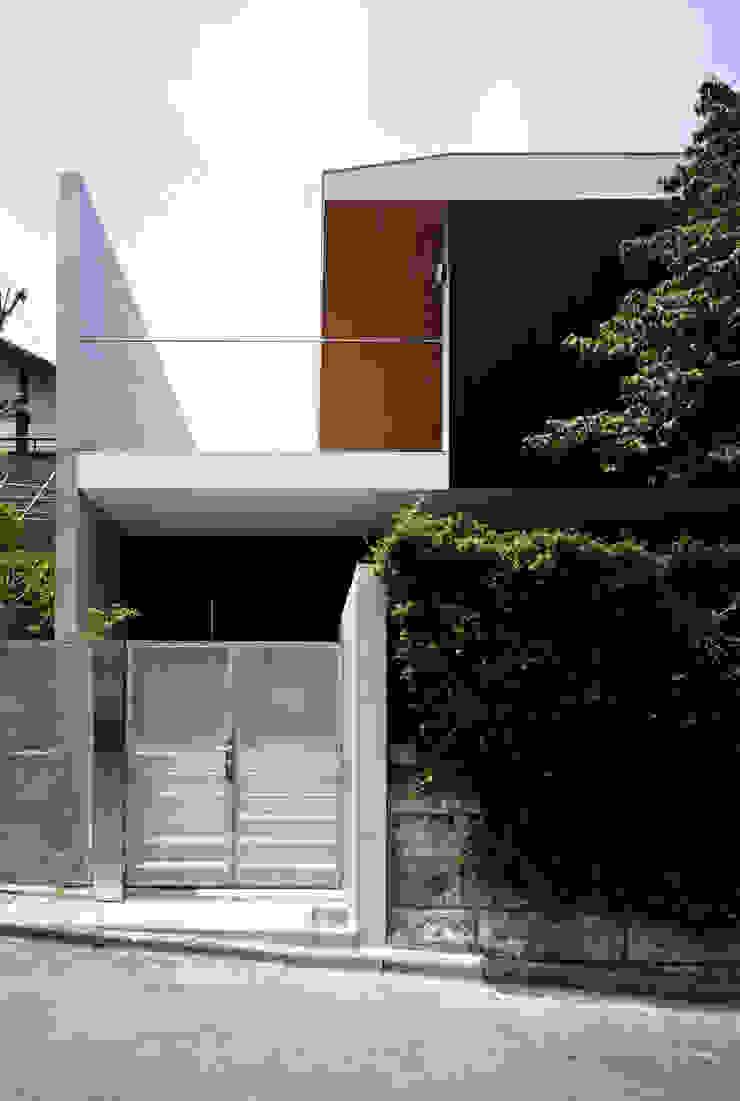 緑山の家 玄関 モダンな 家 の 栗原隆建築設計事務所 モダン
