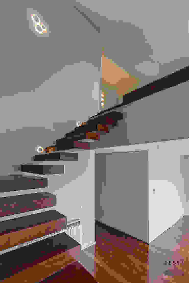Casa JF02 - Ovar | Reabilitação de Moradia Corredores, halls e escadas modernos por ARKHY PHOTO Moderno