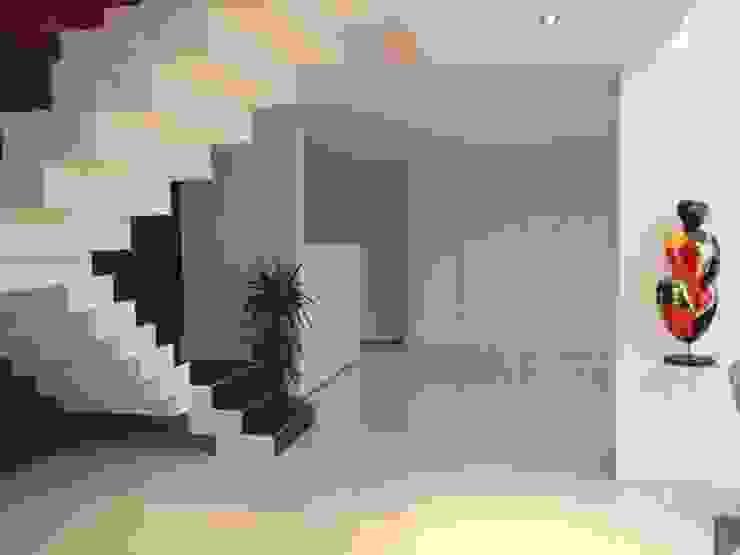 Escaliers modernes Couloir, entrée, escaliers modernes par Concept Creation Moderne