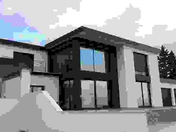 Façade extérieure d'une villa contemporaine dans le rhône Maisons modernes par Concept Creation Moderne