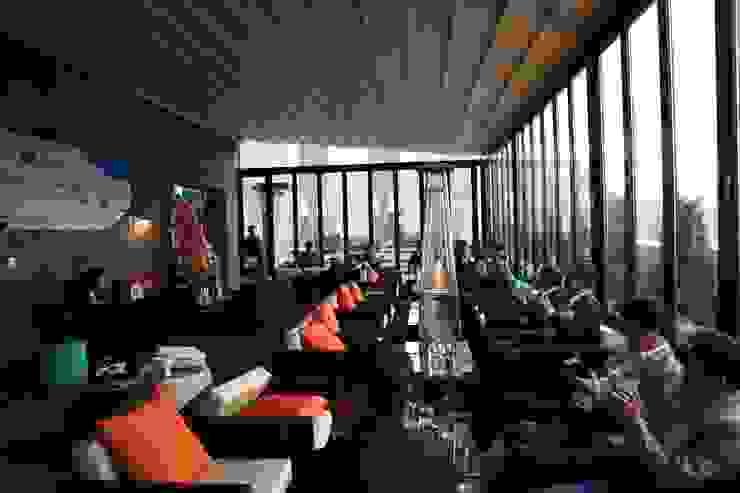 명동 롯데 호텔 21층 루프탑바 설치전경 ( lotte L 7 hotel 21st floor rooftop bar : novo skyawning) 모던스타일 발코니, 베란다 & 테라스 by 실링하우스 ( ceilinghouse) 모던 알루미늄 / 아연